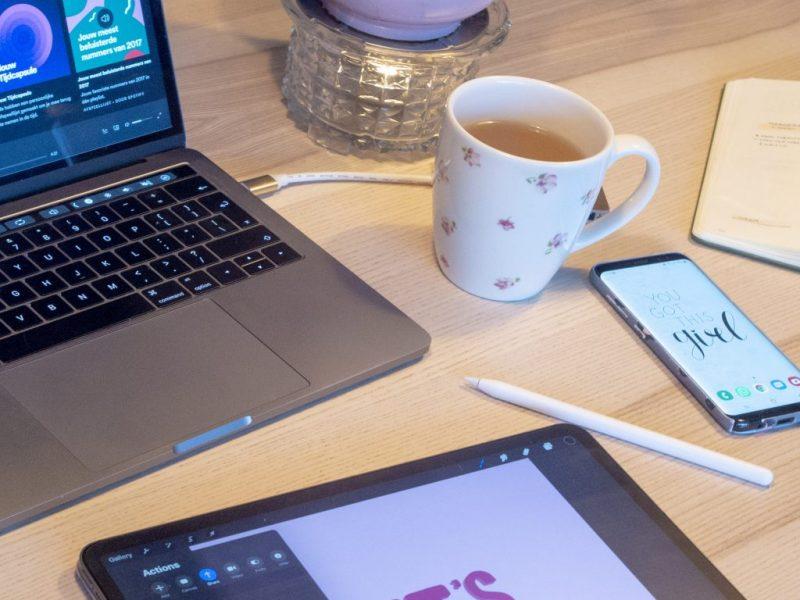 Creatieve chaos macbook, ipad, samsung, thee
